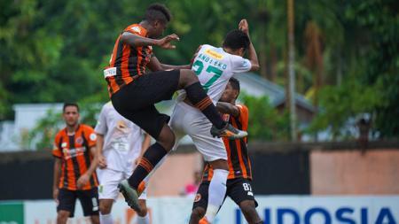 Duel udara antar pemain Perseru Serui vs Persebaya Surabaya dalam laga lanjutan Liga 1 2018. - INDOSPORT