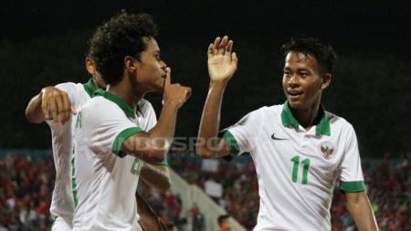 Bagus Kahfi merayakan gol bersama rekan satu timnya. - INDOSPORT
