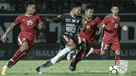 Pemain Bali United mendapat kawalan ketat dari penggawa Timnas. - INDOSPORT