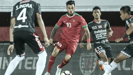 Stefano Lilipaly berusaha melewati tiga pemain Bali United sekaligus. - INDOSPORT