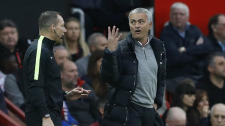 Jose Mourinho saat mendapatkan peringatan dari wasit. - INDOSPORT