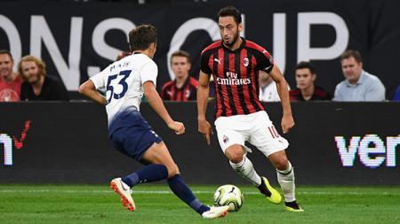 Hakan Calhanoglu (AC Milan) pertandingan antara Tottenham Hotspur vs AC Milan pada ICC 2018 di Stadion Bank AS (31/07/18) di Minneapolis, Minnesota. - INDOSPORT