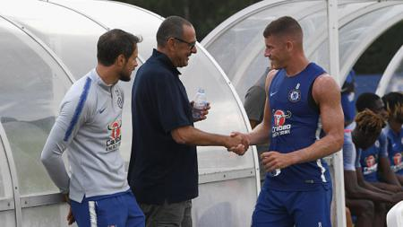 Ross Barkley (kanan) saat bertemu pertama kalinya dengan pelatih baru Chelsea, Maurizio Sarri. - INDOSPORT