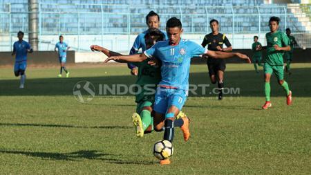Rivaldi Bauwo saat dibayangi pemain Persema - INDOSPORT