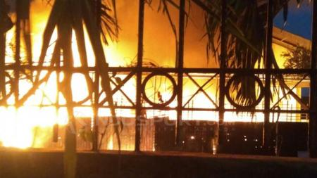 Api berkobar dari Velodrome Rawamangun. - INDOSPORT
