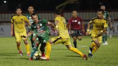 Indosport - Rachmad Hidayat (hijau) dikawal ketat pemain Bhayangkara FC.