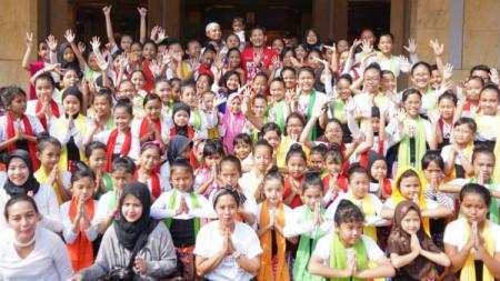 Wakil Gubernur DKI Jakarta berfoto bersama anak-anak yang akan mengisi upacara pembukaan Asian Games 2018. - INDOSPORT