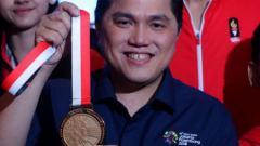 Indosport - Erick Thohir saat memegang medali Asian Games 2018.