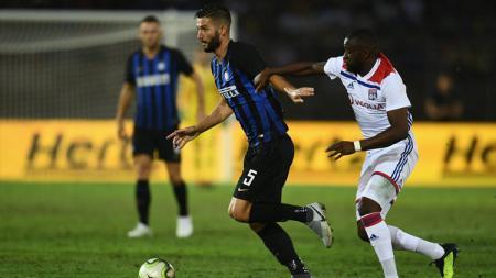 Perebutan bola antara pemain Inter Milan vs Lyon - INDOSPORT