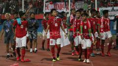 Indosport - Pemain timnas Indonesia U-16 melakukan putaran kemenangan.