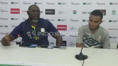 Indosport - Pelatih Barito Putera, Jacksen F. Tiago bersama Rizky Pora di sesi konerensi pers.