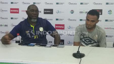 Pelatih Barito Putera, Jacksen F. Tiago bersama Rizky Pora di sesi konerensi pers. - INDOSPORT