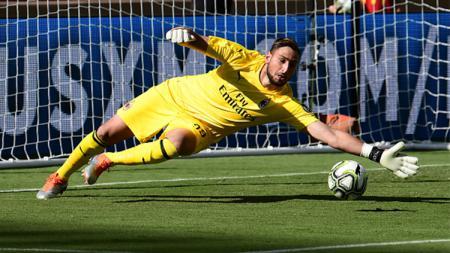 Kiper AC Milan, Gianluigi Donnarumma membuktikan dirinya lebih unggul dari seniornya Gianluigi Buffon usai laga melawan Sassuolo. - INDOSPORT