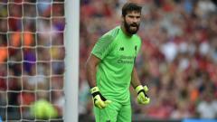 Indosport - Kiper Liverpool, Alisson Becker, mengalami cedera betis dan diperkirakan absen minimal empat pekan.