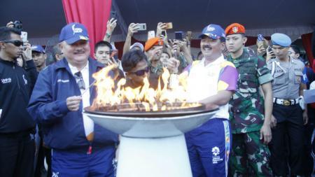 Panglima TNI Hadi Tjahjanto dan Gubernur Sumsel Alex Noerdin menyalakan obor Asian Games 2018. - INDOSPORT