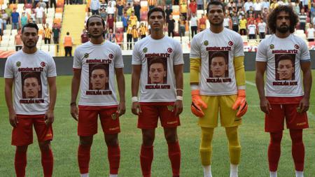 Klub Turki, Yeni Malatyaspor menggunakan kaus bergambar Mesut Ozil. - INDOSPORT