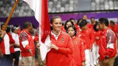 Indosport - Atlet Jiu-Jitsu, Simone Julia saat prosesi mencium bendera merah putih.