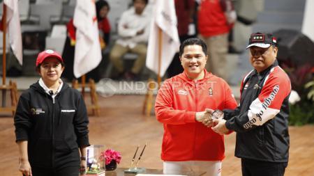 Penyerahan bendera Merah Putih oleh Ketua Koi Erick Tohir kepada CdM, Komjen Syafruddin. - INDOSPORT