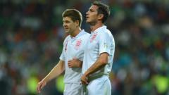 Indosport - Steven Gerrard dan Frank Lampard kala membela Timnas Inggris.