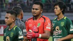 Indosport - Dimas Galih bersalaman dengan tim Persebaya.