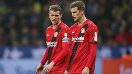 Sven Bender dan Lars Bender, pesepak bola berstatus saudara kembar yang tampak memiliki nasib karier bak bumi dan langit. - INDOSPORT