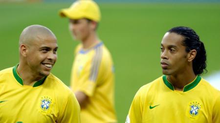 Ronaldo dan Ronaldinho saat berada di Timnas Brasil. - INDOSPORT