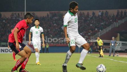 Muhammad Fajar tengah mengontrol bola.
