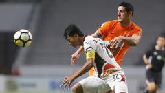 Indosport - Matias Conti (Borneo FC) duel dengan pemain Mitra Kukar.