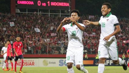 Bagus Kahfi merayakan gol bersama Muhammad Fajar.