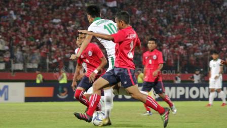 Rendy Juliansyah dikawal ketat pemain Kamboja.