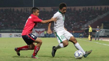 Muhammad Fajar berhasil melewati pemain Kamboja.