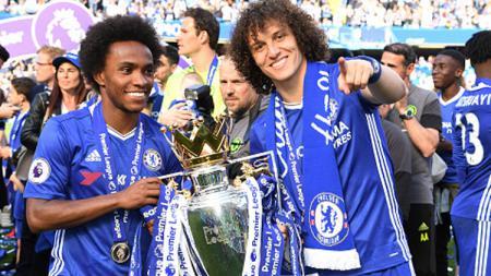 Willian dan David Luiz saat persembahkan gelar Liga Primer Inggris 2014/15 untuk Chelsea. - INDOSPORT