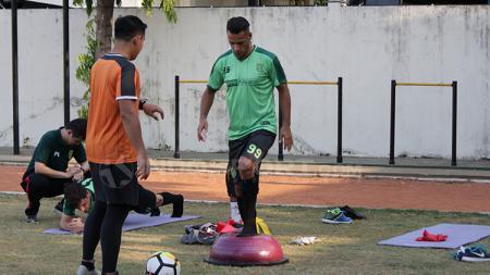 Persebaya Surabaya kedatangan dua pemain naturalisasi saat kompetisi Liga 1 2018. Mereka adalah Raphael Maitimo dan OK John. - INDOSPORT