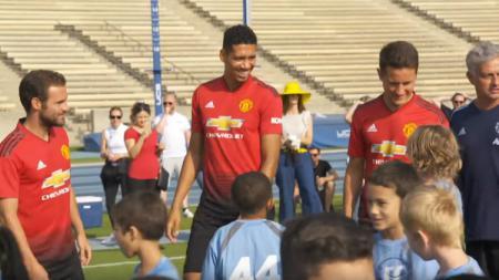 Manchester United melawan 100 anak kecil. - INDOSPORT
