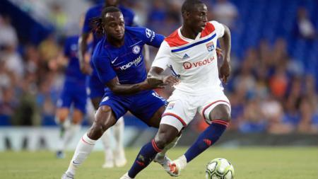 Victor Moses (kiri) telah mendarat di Italia dan menuntaskan kepindahannya ke Inter Milan dengan status pinjaman dari Chelsea - INDOSPORT