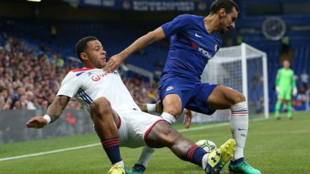 Memphis Depay berusaha merebut bola dari pemain Chelsea. - INDOSPORT