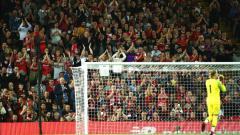 Indosport - Loris Karius dapat apresiasi penuh dari fans yang hadir di Anfield Stadium.