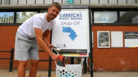 Michael Carrick membentuk program sumbangan sepatu bola. - INDOSPORT