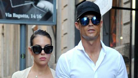 Cristiano Ronaldo berjalan-jalan dengan sang kekasih, Georgina Rodriguez. - INDOSPORT