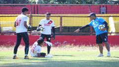 Indosport - Hilmansyah, Imam Fadiilah, dan Syaiful sedang berlatih di Stadion Mattoanging.