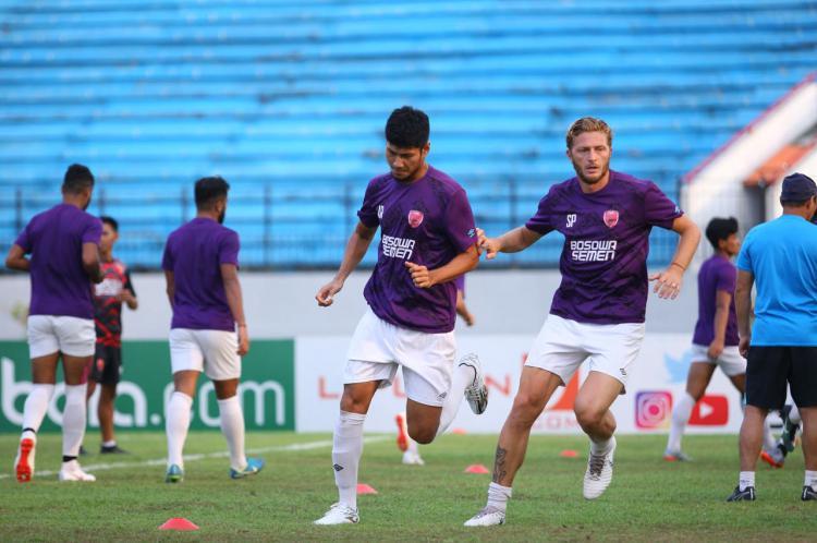 Dua bek PSM Makassar, Steven Paulle dan Abdul Rahman melakukan latihan di Stadion Moch. Soebroto. Copyright: Media PSM Makassar