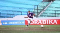 Indosport - Rizky Pellu sempat terlihat meluapkan emosi ke arah suporter pasca PSM Makassar dikalahkan PSIS Semarang.