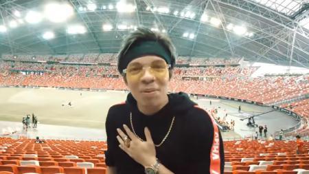 Atta Halilintar melakukan hal konyol dengan meniru aksi komentator kondang Indonesia Valentino Simanjuntak. - INDOSPORT