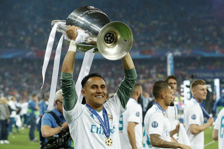 Keylor Navas, kiper Real Madrid mengangkat trofi Liga Champions. Copyright: Getty Images