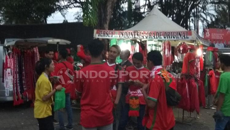 Situasi pedagang jersey Timnas Indonesia U16. Copyright: Zainal Hasan/INDOSPORT