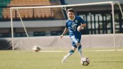 Indosport - Pemain Persib Bandung, Kim Kurniawan saat jalani latihan.