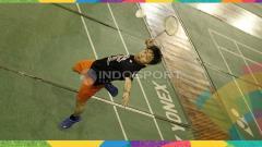 Indosport - Kevin Sanjaya melakukan pukulan smash.