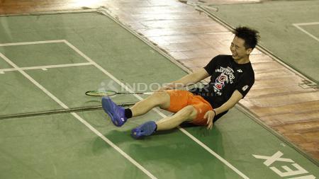 Kevin Sanjaya Sukamuljo menarik perhatian lantaran melakukan aksi usil saat mendukung Tim Indonesia di Piala Sudirman 2019. - INDOSPORT