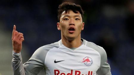 Striker RB Salzburg sekaligus rival Evan Dimas, Hwang Hee Chan, masuk radar incaran Arsenal usai mampu mempecundangi Virgil van Dijk di lapangan. - INDOSPORT