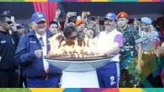 Indosport - Panglima TNI Hadi Tjahjanto dan Gubernur Sumsel Alex Noerdin menyalakan obor Asian Games 2018.